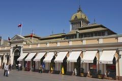 人们在圣地亚哥市前面主要市场走在圣地亚哥,智利 库存图片