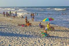 人们在圣奥斯丁享用美丽的海滩 库存图片