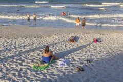人们在圣奥斯丁享用美丽的海滩 免版税库存图片