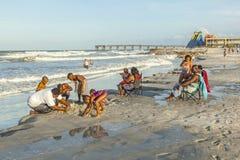 人们在圣奥斯丁享用美丽的海滩 库存照片
