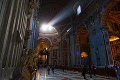 人们在圣皮特圣徒・彼得的大教堂 库存图片