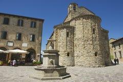 人们在圣莱奥中世纪镇中心广场享受午餐在圣莱奥,意大利 免版税图库摄影