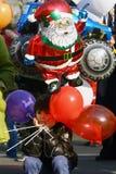 人们在圣诞老人服装在种族参与 免版税图库摄影