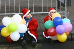 人们在圣诞老人服装在种族参与 免版税库存图片