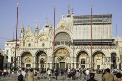 人们在圣Marco广场临近Basilica di圣Marco 库存照片