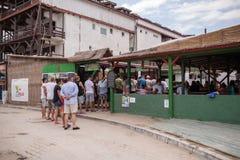 人们在地方杂货市场上 免版税库存照片