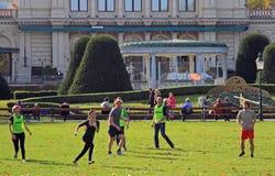 人们在城市公园演奏飞碟 免版税库存图片