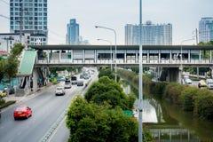 人们在城市在Silom路,曼谷的过桥走 免版税图库摄影