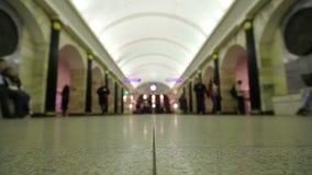 人们在城市地铁站走 影视素材
