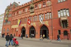 人们在城镇厅前面走在巴塞尔,瑞士 免版税库存图片