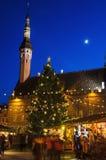 人们在塔林享受圣诞节市场 免版税库存图片