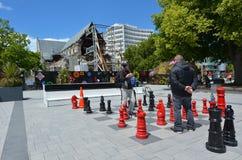 人们在大教堂广场克赖斯特切奇-新的Z下巨型棋 库存照片