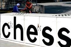 人们在大教堂广场克赖斯特切奇-新西兰下棋 图库摄影