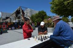 人们在大教堂广场克赖斯特切奇-新西兰下棋 免版税库存图片