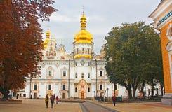 人们在大教堂附近走维尔京, Kyiv的做法 免版税库存照片
