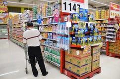 人们在大C大型超级市场购物在曼谷 免版税图库摄影