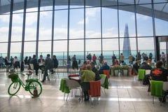 人们在天空的餐馆从事园艺 伦敦 库存图片