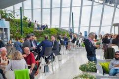 人们在天空的餐馆从事园艺 伦敦 免版税库存照片