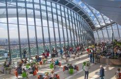 人们在天空的餐馆从事园艺 伦敦 免版税库存图片