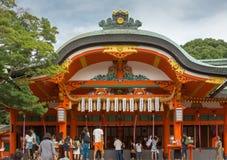 人们在寺庙前面聚集在Fushimi Inari Taisha日本之神道教 库存照片