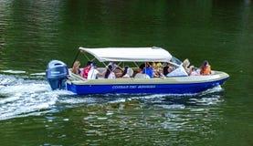人们在巡航在多瑙河的一只快艇的假日 图库摄影