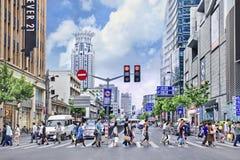 人们在市中心,上海,中国的横渡一条斑马道路 免版税库存图片