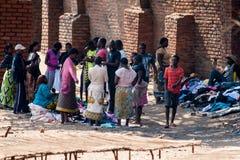 人们在市场上在马拉维 库存照片