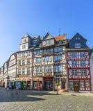 人们在布茨巴赫享受美好的中世纪市场 库存照片