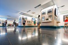 人们在战争残余博物馆在越南,亚洲。 库存照片