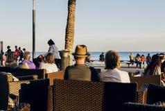 人们在托雷维耶哈,出于对海考虑的西班牙大阳台坐了  免版税库存图片