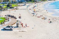 人们在拉古纳海滩海岸线 图库摄影