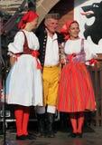 人们在捷克传统服装跳舞和唱歌穿戴了。 免版税图库摄影