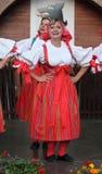 人们在捷克传统服装跳舞和唱歌穿戴了。 图库摄影