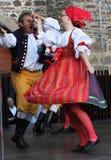 人们在捷克传统服装跳舞和唱歌穿戴了。 免版税库存图片