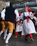 人们在捷克传统服装跳舞和唱歌穿戴了。 免版税库存照片