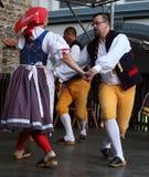 人们在捷克传统服装跳舞和唱歌穿戴了。 库存图片