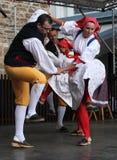 人们在捷克传统服装跳舞和唱歌穿戴了。 库存照片