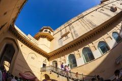 人们在斋浦尔参观著名琥珀色的堡垒 免版税图库摄影