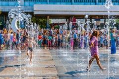 人们在新的喷泉冷却自己在Mos Museon公园  库存图片