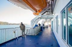 人们在新西兰能看的探索在Interisander的库克海峡轮渡的甲板 免版税库存图片