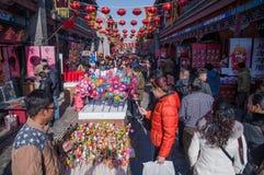 人们在新年的跳蚤市场上 库存图片