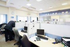 人们在有分离的办公室工作由分开地方 免版税图库摄影