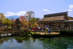 人们在有Mt的忍野Hakkai 富士 库存照片