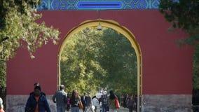 人们在柏树公园路,中国北京红色门古老大厦走 影视素材