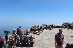人们在桌山国家公园在开普敦,南非外面 免版税库存照片