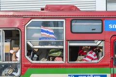 人们在正式公共汽车线路的一辆公共汽车上旅行在曼谷 库存图片