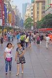 人们在步行街道上进来 免版税库存照片