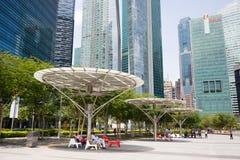 人们在江边小游艇船坞海湾放松在新加坡 免版税图库摄影