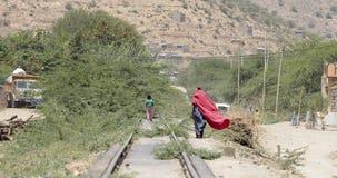 人们在沙漠镇走在埃塞俄比亚在索马里附近 免版税库存图片