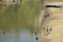 人们在河岸洗涤衣裳在Bandarban,孟加拉国 免版税库存图片